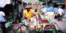 Conductor de rickshaw con sombrero típico, Sulawesi, Indonesia