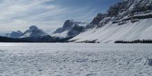 Lago Bow helado con el Monte Crowfoot (3050 m) y el Pico Bow (28