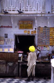 Puesto de venta de dulces y lotería, Pushkar, India