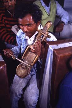 Músico en el Tren de Juguete, Darjeeling, India