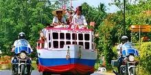 Carroza de clan escoltada por la policía, Sulawesi, Indonesia