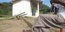 Mujer tejiendo delante de una casa en Quilombo, Sao Paulo, Brasi