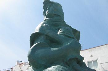 Estatua de madre con hijo en el puerto de L´Escala, Gerona
