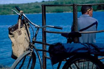 Bicicleta en un transbordador, Cuba