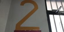 Cazando números en el pasillo del CP Mirasierra (3)