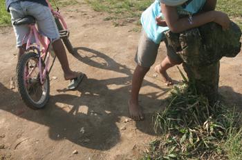 Niños de Quilombo en una bicicleta, Sao Paulo, Brasil