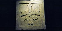 Lápida cruz latina de la iglesia de San Martín de Salas, Princip