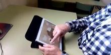 Movimiento circular de los dedos en el sentido de las agujas del reloj en una tablet.