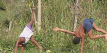 Niños hacen acrobacias, Quilombo, Sao Paulo, Brasil
