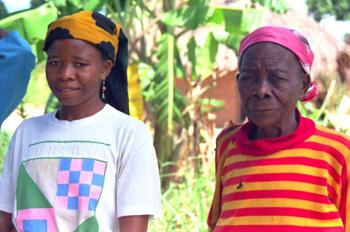 Anciana con nieta, Mozambique