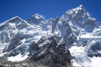 Everest con su Hombro Occidental y cresta nevada del Nuptse