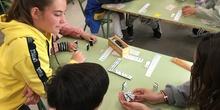 Buddies: 5 años y sexto enseñando a jugar. 12
