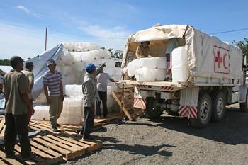 Cargando camiones de Cruz Roja, Melaboh, Sumatra, Indonesia