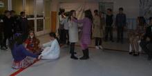 Los alumnos de  quinto aprenden y se divierten con el teatro.