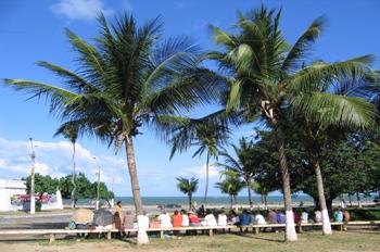 Personas sentadas en un banco, Olinda, Pernambuco, Brasil