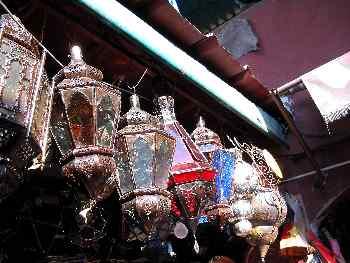 Lámparas colgadas en el puesto del zoco, Marrakech, Marruecos