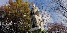 Estatua conmemorativa en un parque