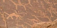 Inscripciones antiguas sobre rocas en el desierto de Wadi Rum, J