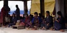 Fieles durante la oración en Rumtek, Sikkim, India