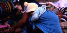 Vendedora  con niño a la espalda en San Cristóbal de las Casas,