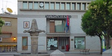 Ayuntamiento y fuente en Pelayos de la Presa