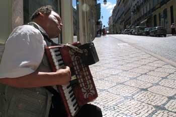Músico callejero en Lisboa, Portugal