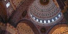 Detalles de bóvedas y cúpulas decoradas en Yeni Camii, Estambul,