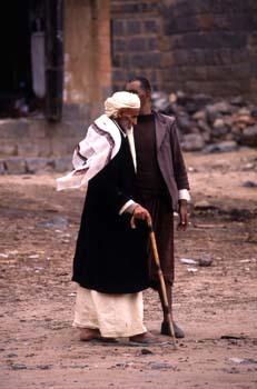 Hombres paseando por Shibam, Yemen