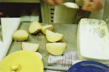 Preparando patatas para ensaladilla