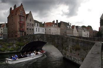 Puente sobre las calles Spinolarei y Spiegelrei, Brujas, Bélgica