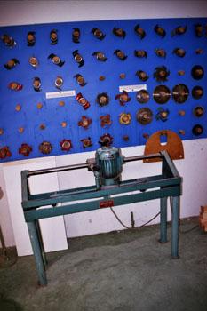 Máquina de afilado y panel con distintas cuchillas