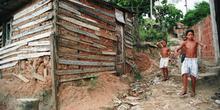 Niños bajando por calle de favela, Rio de Janeiro, Brasil
