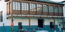 Casa con balcón de madera en Valdemoro