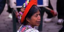 Retrato de mujer con el tocado tradicional en Santiago Atitlán,