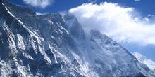 Acercamiento a la arista nevada de una montaña