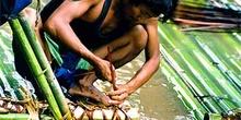 Detalle de construcción de una balsa de bambú, Tailandia