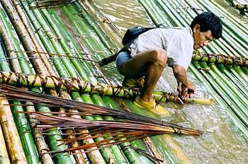 Proceso de construcción de balsas de bambú, Tailandia