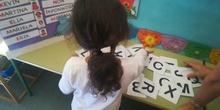 Danna escribe su nombre