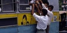 Autobús público por las calles de Delhi, India