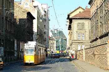 Tranvía en un barrio residencial de Pest, Budapest, Hungría