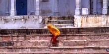 Mujer en los Gaths del lago sagrado de Pushkar, India
