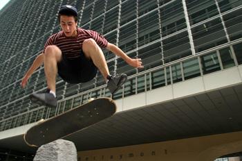 Skateboard frente al edificio de la Unión Europea, Bruselas, Bél