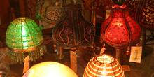 Lámparas en una tienda de Santiago de Compostela, La Coruña, Gal