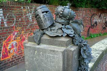 Escultura de calle y graffitis en Dusseldorf, Alemania