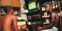 Chicos jugando a un video juego, Favela Juramento, Rio de Janeir