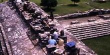 Trabajos de restauración en el Gran Palacio, Palenque, México
