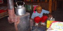 Señora limpiando estufa