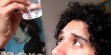 Chico mirando un líquido al trasluz
