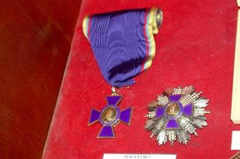 Placa y Cruz de plata de la Orden de Boyaca recibida por la Fede