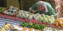 Vendedor del Mercado de abastos de Sao Paulo comiendo, Brasil